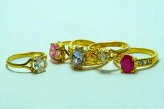 Χρυσό δαχτυλίδι με τα κοσμήματα Στοκ Εικόνες