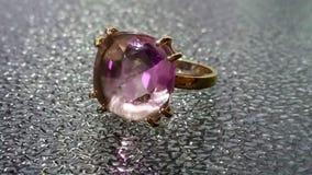 Χρυσό δαχτυλίδι με την πορφυρή πέτρα Στοκ φωτογραφία με δικαίωμα ελεύθερης χρήσης
