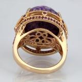 Χρυσό δαχτυλίδι με τη ρόδινη πέτρα από την πίσω πλευρά Στοκ εικόνες με δικαίωμα ελεύθερης χρήσης