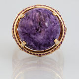 Χρυσό δαχτυλίδι με τη ρόδινη πέτρα Στοκ Εικόνες