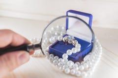 Χρυσό δαχτυλίδι με τον πολύτιμο λίθο στις χάντρες μπλε δώρων κιβωτίων και μαργαριταριών Στοκ Εικόνες