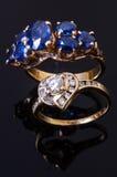 Χρυσό δαχτυλίδι σαπφείρου και δαχτυλίδι διαμαντιών καρδιών Στοκ Φωτογραφία