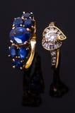 Χρυσό δαχτυλίδι σαπφείρου και δαχτυλίδι διαμαντιών καρδιών Στοκ εικόνα με δικαίωμα ελεύθερης χρήσης