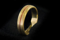 Χρυσό δαχτυλίδι στο μαύρο ύφασμα 1 στοκ φωτογραφίες