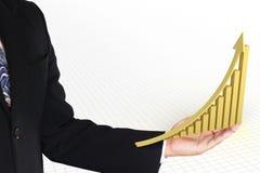 Χρυσό βέλος ανόδου με τη γραφική παράσταση που παρουσιάζει την αύξηση και κέρδος Στοκ Φωτογραφίες
