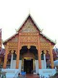Χρυσό βουδιστικό άδυτο στο βόρειο τμήμα της Ταϊλάνδης Στοκ εικόνες με δικαίωμα ελεύθερης χρήσης