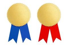 Χρυσό βραβείο μεταλλίων σφραγίδων νικητών με την μπλε και κόκκινη κορδέλλα Στοκ φωτογραφία με δικαίωμα ελεύθερης χρήσης