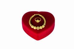 Χρυσό βραχιόλι και ένα χρυσό δαχτυλίδι Στοκ Εικόνα