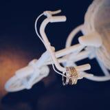 Χρυσό γαμήλιο δαχτυλίδι με ένα μαύρο υπόβαθρο Στοκ Φωτογραφίες