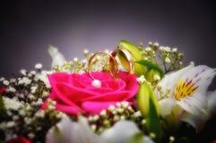 Χρυσό γαμήλιο δαχτυλίδι με την κινηματογράφηση σε πρώτο πλάνο λουλουδιών, Sergiev Posad, Μόσχα Στοκ Εικόνες