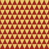 Χρυσό γεωμετρικό άνευ ραφής διανυσματικό σχέδιο τριγώνων φύλλων αλουμινίου Χρυσές λαμπρές μορφές τριγώνων στο κόκκινο υπόβαθρο Κο ελεύθερη απεικόνιση δικαιώματος