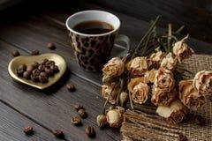 Χρυσό δάπεδο τζακιού-διαμορφωμένο πιατάκι με τα ψημένα φασόλια καφέ Στοκ εικόνες με δικαίωμα ελεύθερης χρήσης