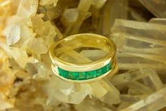 Χρυσό δαχτυλίδι με τις σμαράγδους Στοκ φωτογραφία με δικαίωμα ελεύθερης χρήσης