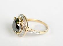 χρυσό δαχτυλίδι σμαράγδων Στοκ Εικόνες