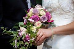 χρυσό δαχτυλίδι χεριών ανθοδεσμών Στοκ εικόνα με δικαίωμα ελεύθερης χρήσης