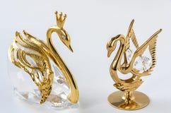 Χρυσό ειδώλιο κύκνων ζευγών Στοκ Εικόνες