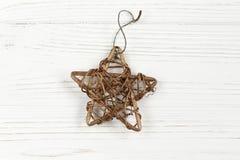 Χρυσό εκλεκτής ποιότητας αστέρι Χριστουγέννων στη μοντέρνη λευκιά αγροτική ξύλινη ΤΣΕ Στοκ Εικόνες