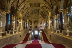 Χρυσό εσωτερικό των ουγγρικών σκαλοπατιών των Κοινοβουλίων στοκ φωτογραφία με δικαίωμα ελεύθερης χρήσης