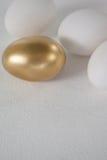 χρυσό λευκό αυγών Πάσχας Στοκ Φωτογραφίες