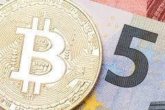 Χρυσό ευρο- τραπεζογραμμάτιο πέντε bitcoin ob Στοκ Εικόνα