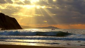 Χρυσό ηλιοβασίλεμα με τις ακτίνες του ήλιου πέρα από τον ωκεανό απόθεμα βίντεο