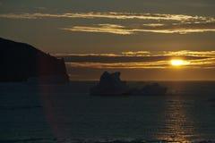 Χρυσό ηλιοβασίλεμα με τις σκιαγραφίες παγόβουνων στο πρώτο πλάνο Στοκ φωτογραφία με δικαίωμα ελεύθερης χρήσης