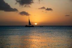 Χρυσό ηλιοβασίλεμα με Sailboat στη Αρούμπα Στοκ Εικόνες