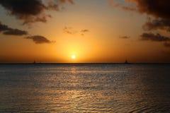 Χρυσό ηλιοβασίλεμα με Sailboat στη Αρούμπα Στοκ φωτογραφία με δικαίωμα ελεύθερης χρήσης