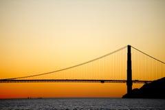 χρυσό ηλιοβασίλεμα σκιαγραφιών πυλών γεφυρών Στοκ Εικόνα
