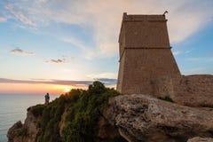 Χρυσό ηλιοβασίλεμα στον πύργο Ghajn Tuffieha στοκ εικόνες με δικαίωμα ελεύθερης χρήσης