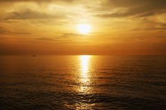 χρυσό ηλιοβασίλεμα θάλα& Στοκ εικόνα με δικαίωμα ελεύθερης χρήσης