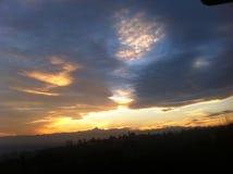 Χρυσό ηλιοβασίλεμα με τον ορίζοντα Monviso στοκ εικόνες