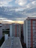 Χρυσό ηλιοβασίλεμα με το νεφελώδη ουρανό Στοκ Εικόνες
