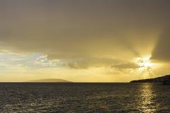 Χρυσό ηλιοβασίλεμα πέρα από την αδριατική θάλασσα Στοκ Εικόνες