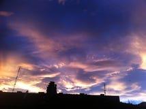 Χρυσό ηλιοβασίλεμα πέρα από την πόλη Στοκ Φωτογραφίες