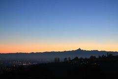 Χρυσό ηλιοβασίλεμα πέρα από το λόφο και τον ορίζοντα βουνών στοκ φωτογραφία με δικαίωμα ελεύθερης χρήσης