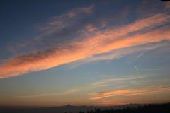 Χρυσό ηλιοβασίλεμα πέρα από το λόφο και τον ορίζοντα βουνών στοκ εικόνες
