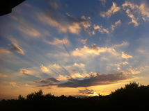 Χρυσό ηλιοβασίλεμα πέρα από το λόφο Στοκ Εικόνα
