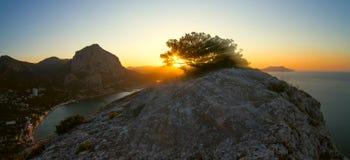 Χρυσό ηλιοβασίλεμα στη θάλασσα και τη θέα βουνού Στοκ εικόνα με δικαίωμα ελεύθερης χρήσης