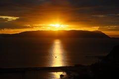 Χρυσό ηλιοβασίλεμα στο λιμένα Glossa Στοκ φωτογραφία με δικαίωμα ελεύθερης χρήσης
