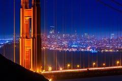 Χρυσό ηλιοβασίλεμα του Σαν Φρανσίσκο γεφυρών πυλών μέσω των καλωδίων Στοκ εικόνα με δικαίωμα ελεύθερης χρήσης