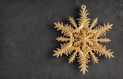 Χρυσό διακοσμητικό snowflake Χριστουγέννων Στοκ Εικόνα
