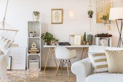 Χρυσό διαμέρισμα για τη γυναίκα στοκ εικόνα με δικαίωμα ελεύθερης χρήσης