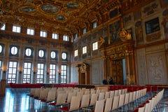 Χρυσό ιστορικό δωμάτιο αιθουσών στοκ φωτογραφία με δικαίωμα ελεύθερης χρήσης