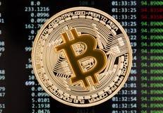 Χρυσό κίτρινο νόμισμα cryptocurrency Bitcoin σε μια ΤΣΕ πινάκων κυκλωμάτων Στοκ εικόνα με δικαίωμα ελεύθερης χρήσης