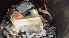 Χρυσό και ασημένιο κάψιμο εγγράφου για την προσφορά του προγόνου στη λεκάνη σιδήρου απόθεμα βίντεο
