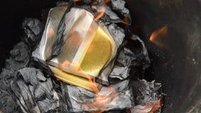 Χρυσό και ασημένιο κάψιμο εγγράφου για την προσφορά του προγόνου στη λεκάνη σιδήρου φιλμ μικρού μήκους