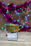 Χρυσό και ασημένιο κιβώτιο δώρων που τίθεται στο ξύλινο πάτωμα Στοκ εικόνες με δικαίωμα ελεύθερης χρήσης