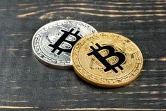 Χρυσό και ασημένιο νόμισμα bitcoin Στοκ εικόνα με δικαίωμα ελεύθερης χρήσης