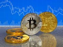 Χρυσό και ασημένιο bitcoin στο μπλε αφηρημένο υπόβαθρο χρηματοδότησης Cryptocurrency Bitcoin Στοκ εικόνες με δικαίωμα ελεύθερης χρήσης